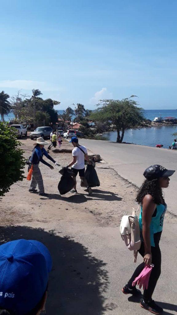 Banplus en el Día de Las Playas 3 576x1024 - En Nueva Esparta colaboramos con jornada de limpieza en el Día Mundial de las Playas