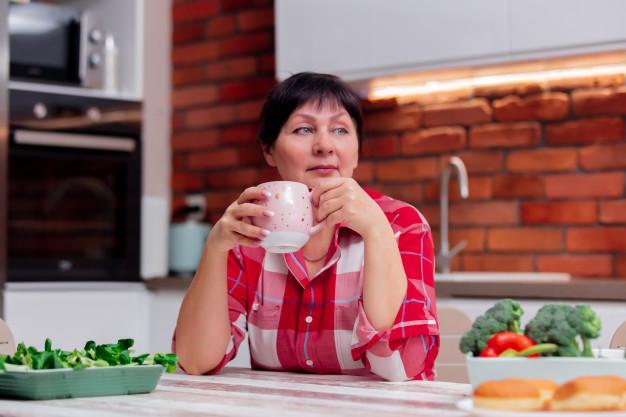 abuela sentada mesa cocina tomando cafe descansando 87910 5038 - Recomendaciones para pacientes oncológicos ante el Covid-19 | Sociedad Anticancerosa de Venezuela