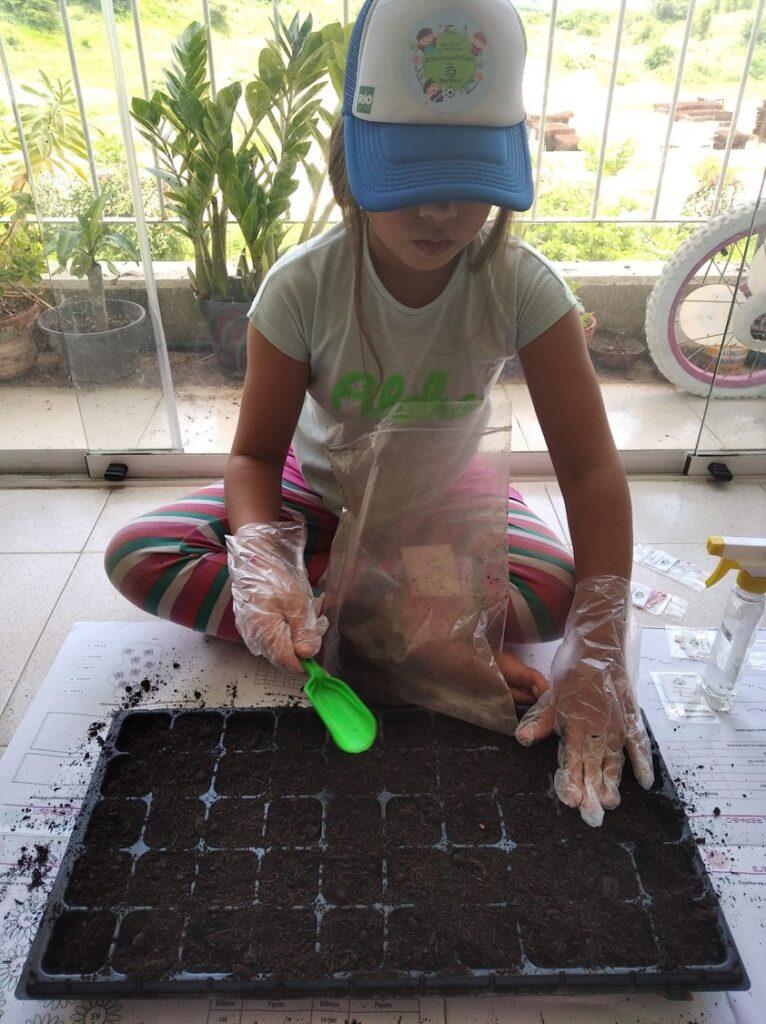 Nina huerto 766x1024 - Pequeños y jóvenes de Banplus aprenden sobre conservación y agricultura sin salir de casa